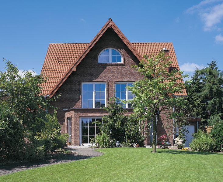 Einfamilienhaus-eingedeckt-mit-Harzer-Pfanne-in-Klassisch-Rot-1