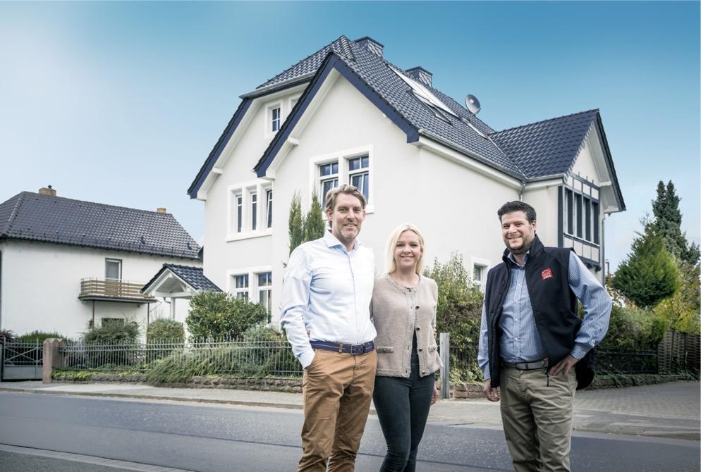 Felix Ludes mit Nina und Mario vor ihrem Haus nach der erfolgreichen Dachsanierung mit MeinDach.