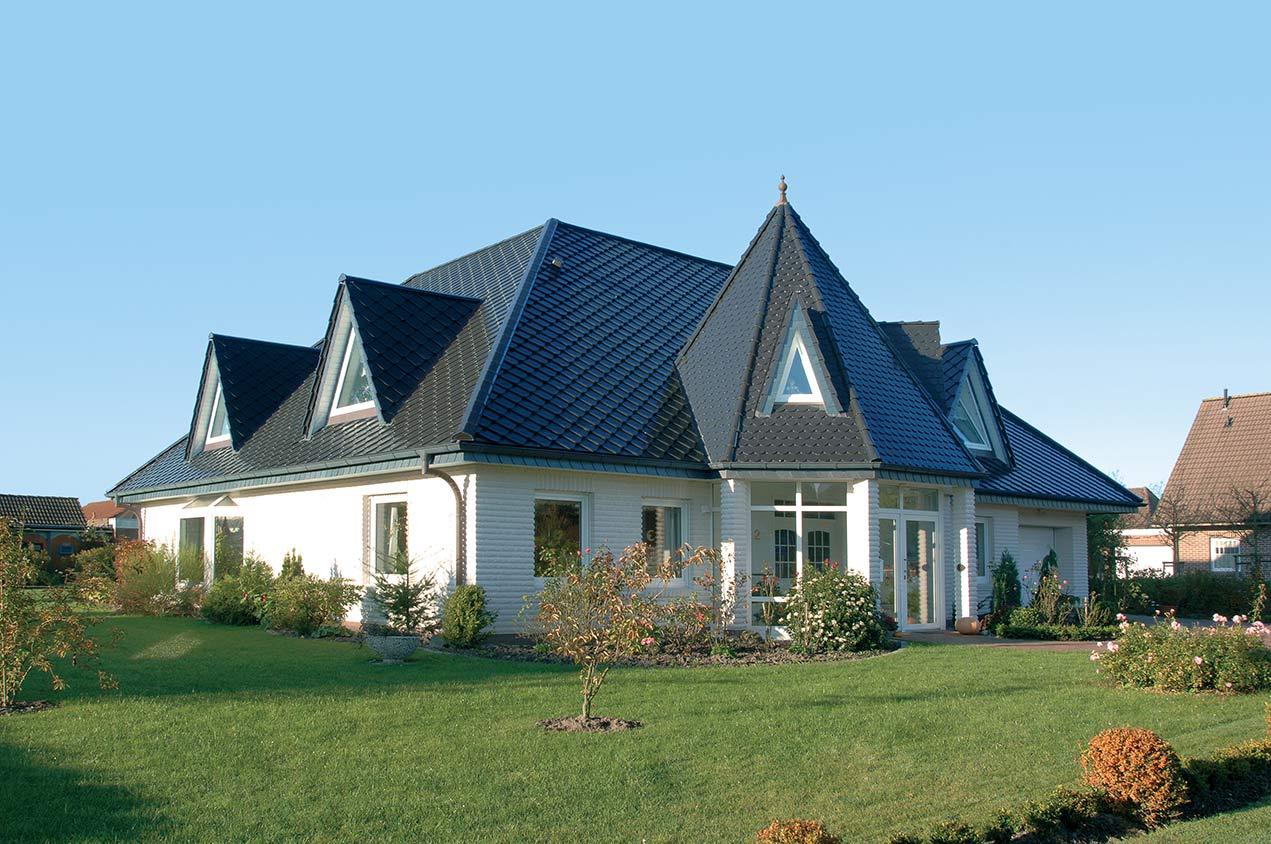 Haus nach Dachsanierung mit Braas Smaragd Dachziegel in schwarz