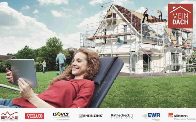 lächelnde Frau im Liegestuhl mit Tablet vor Haus mit Dacharbeiten, Dachsanierung.