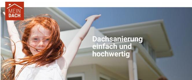 fröhliches, rothaariges Mädchen vor einem Haus. Text: Dachsanierung einfach und hochwertig.