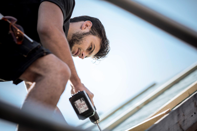 Dachinspektion vom Profi: Ein kompetenter Dachdecker oder Zimmerer kann Ihr Dach bei einem Vor-Ort-Termin auf Mängel untersuchen und schlägt Ihnen bei Mängeln oder Schäden die geeignete Lösung vor.
