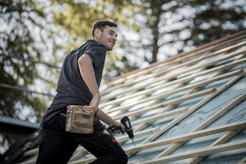 Ein Dachdecker oder Zimmerer kann Schäden kompetent entdecken und bewegt sich sicher auf Ihrem Dach. Lassen Ihr Dach nur vom Profi reparieren.
