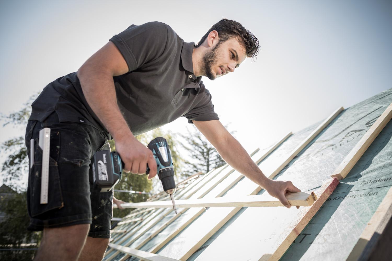 Dachdecker arbeitet auf einem Dach