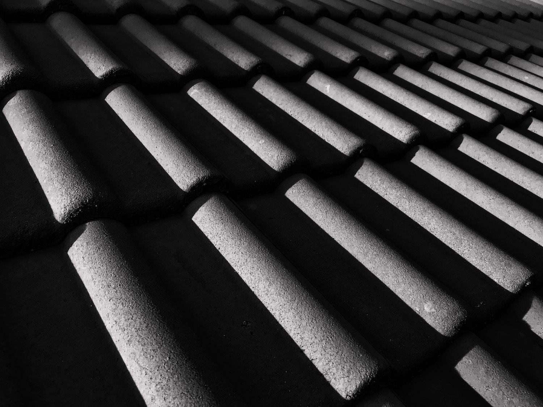 schwarze Dachziegel